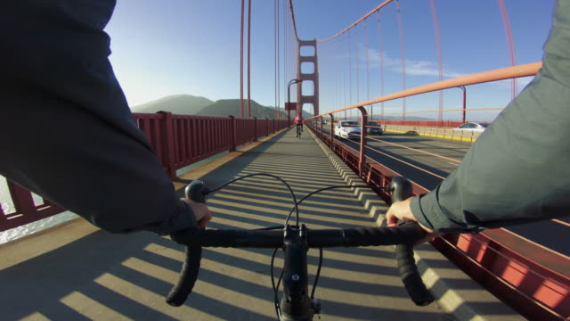 vídeos de stock, filmes e b-roll de bicicleta pov: sobre a ponte golden gate em san francisco - golden gate bridge