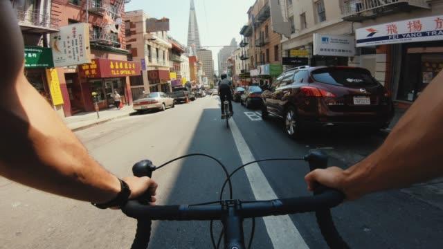 vidéos et rushes de pov vélo équitation: touristes avec vélo de course de route à san francisco - san francisco california