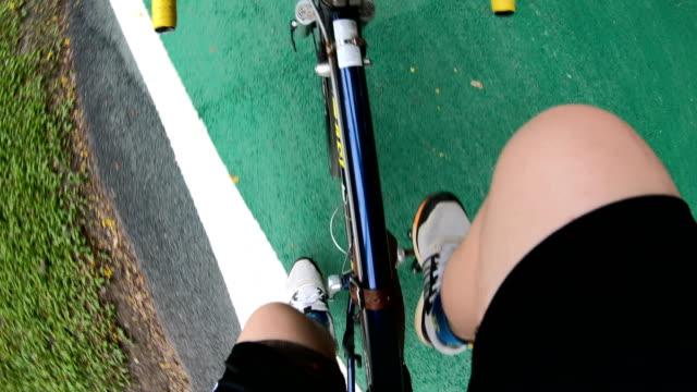 vídeos de stock e filmes b-roll de pov : bicycle riding - filme de ação