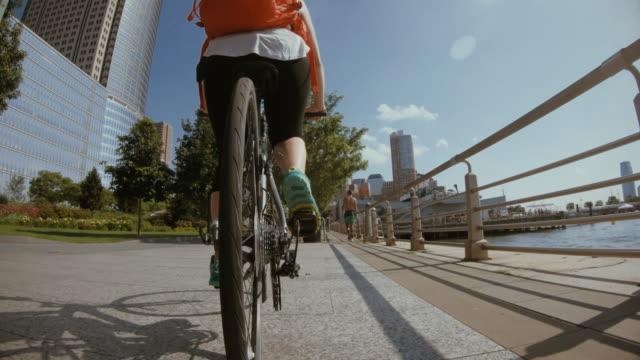 vídeos de stock e filmes b-roll de pov bicycle riding: woman with bike in new york - filme de ação