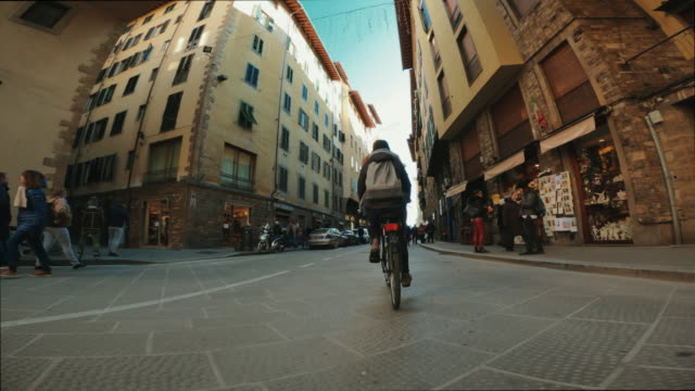 vídeos de stock e filmes b-roll de pov bicycle riding: woman with city bike in florence - ponto de vista