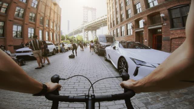 vídeos de stock e filmes b-roll de pov bicycle: road racing bike in dumbo, new york - filme de ação