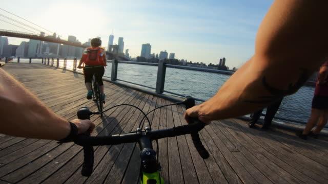 vídeos de stock e filmes b-roll de pov bicycle: road racing bike in dumbo, new york - guiador