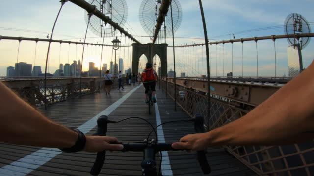 vídeos de stock e filmes b-roll de pov bicycle: road racing bike on brooklyn bridge - filme de ação