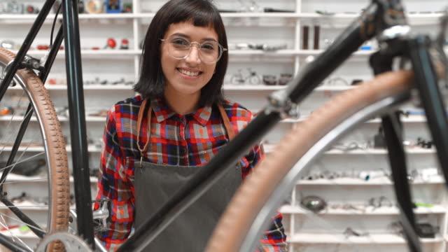 vídeos de stock e filmes b-roll de bicycle shop owner portrait - pequenas empresas
