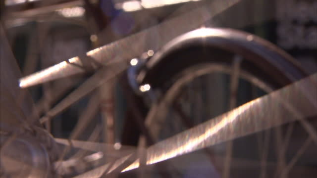 bicycle spokes spin. - speichen stock-videos und b-roll-filmmaterial