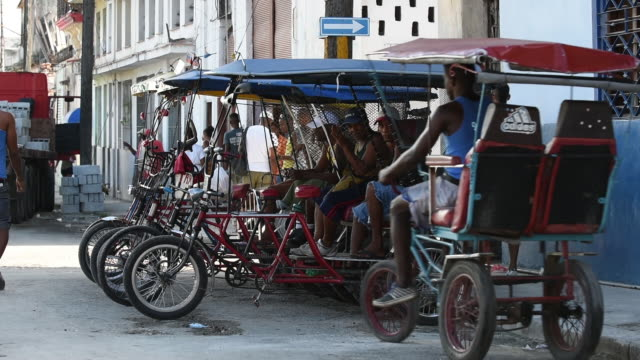 bicycle taxis in havana cuba - risciò video stock e b–roll