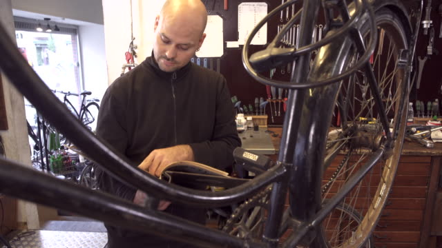bicycle workshop - kopenhagen stock-videos und b-roll-filmmaterial