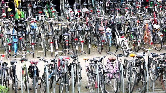stockvideo's en b-roll-footage met fietsen in amsterdam, pannen - parkeren
