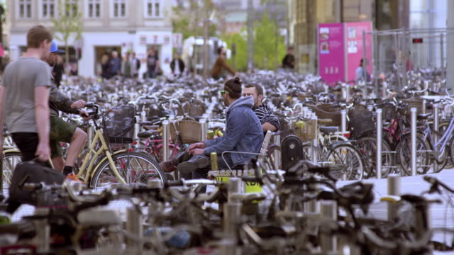 bicycles in copenhagen - kopenhagen stock-videos und b-roll-filmmaterial