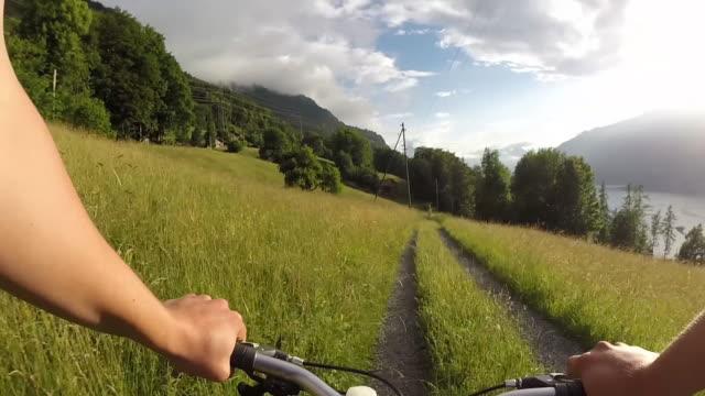 POV des Radfahrers nach ländlichen Weg durch Dörfer