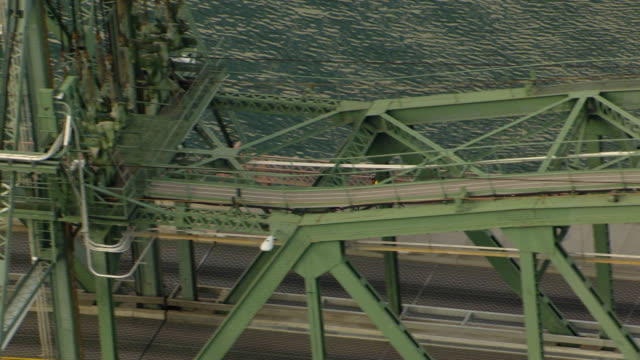 vídeos de stock e filmes b-roll de ms aerial zo ts bicyclists crossing hawthorne bridge / oregon, united states - rio willamete