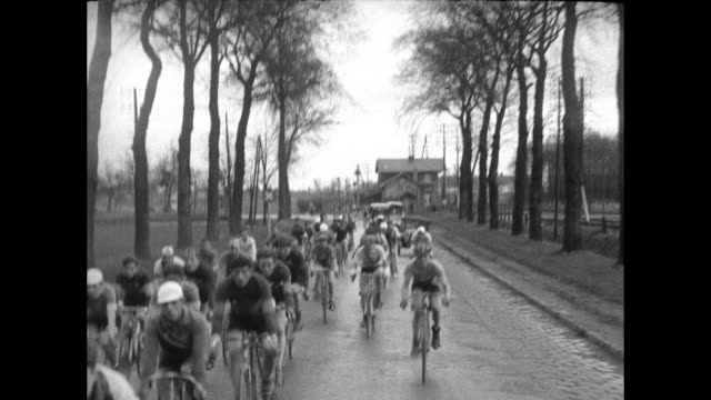 "vídeos y material grabado en eventos de stock de bicyclists start race and speed on cobblestone road / vs riders following camera / title card, ""getting harder"" / the riders continue to follow then... - bicicleta vintage"