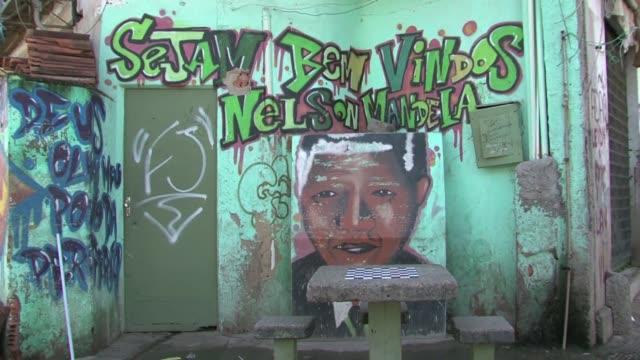 bienvenidos a nelson mandela puede leerse sobre un retrato del fallecido lider sudafricano en la pared de una casa marcada por impactos de bala en la... - entrada stock videos and b-roll footage