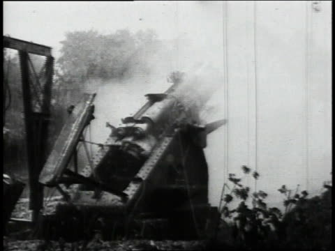 big artillery field gun firing, soldiers running to it / flanders, belgium - british military stock-videos und b-roll-filmmaterial