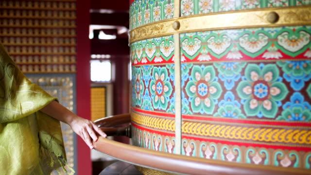 vídeos y material grabado en eventos de stock de grandes campanas en el templo - antigüedades