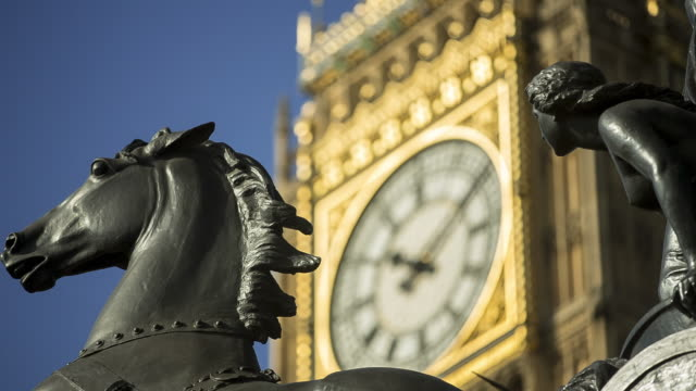 vídeos de stock, filmes e b-roll de cu r/f big ben and boadicea and her daughters statue - big ben
