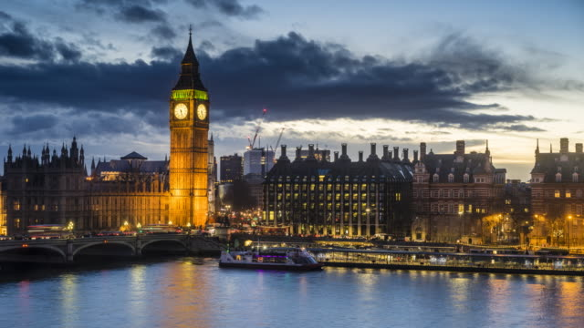 vídeos de stock e filmes b-roll de big ben and houses of parliament, day to night time lapse, london - big ben