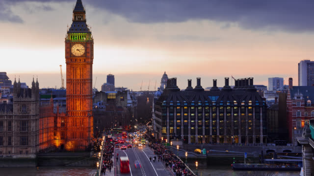 t/l ls big ben and the westminster bridge at sunset / london, england, united kingdom - doppeldeckerbus stock-videos und b-roll-filmmaterial