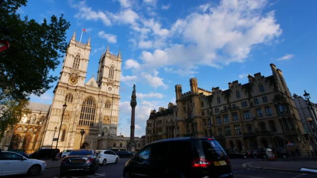 4k big ben und westminster abbey in london, großbritannien - westminster abbey stock-videos und b-roll-filmmaterial