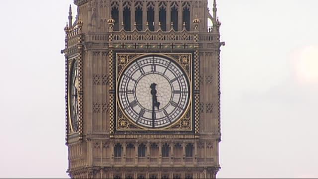 london ext big ben clock tower striking five thirty [time when queen elizabeth ii became the longest serving monarch] big ben clock tower seen... - speichen stock-videos und b-roll-filmmaterial