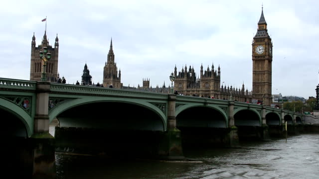 Big Ben, House of Commons und der Westminster Bridge, entfernt.