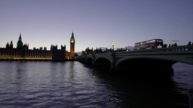 vídeos y material grabado en eventos de stock de el big ben y westminster bridge - frontón característica arquitectónica