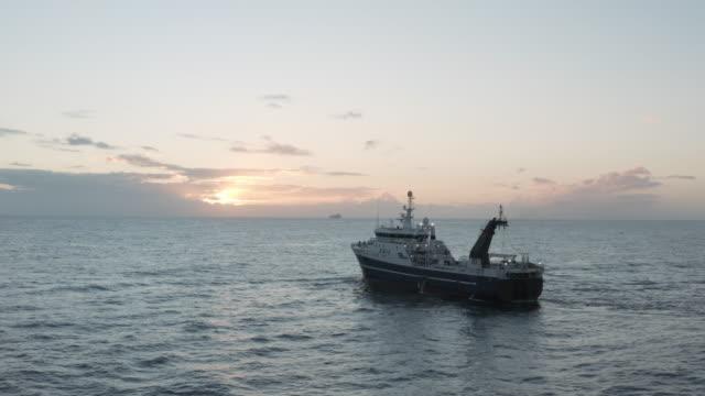 vídeos de stock e filmes b-roll de a big boat for a big catch - traineira