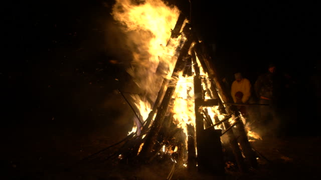 vídeos de stock, filmes e b-roll de a big bonfire and a torchlight procession under the sounds of drums during the kukeri festival in bulgaria - fogueira fogo ao ar livre