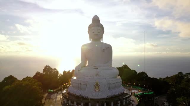 vidéos et rushes de big buddha phuket aerial view - représentation masculine