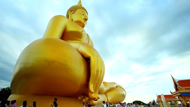 stockvideo's en b-roll-footage met big buddha - achterover leunen