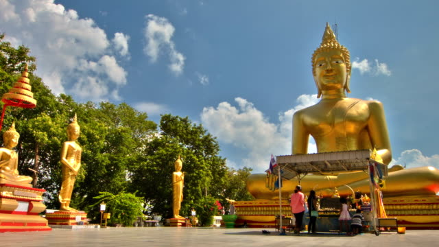 big buddha mit bluesky - buddha stock-videos und b-roll-filmmaterial