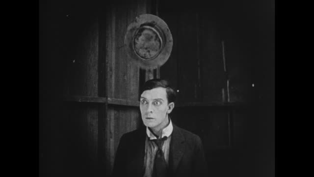 vídeos de stock e filmes b-roll de 1922 big bully (joe roberts) chases man (buster keaton) and destroys model a ford - chassi