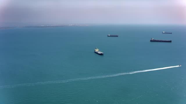 日差しの中で海で空中の大きな貨物船します。 - 大きい点の映像素材/bロール
