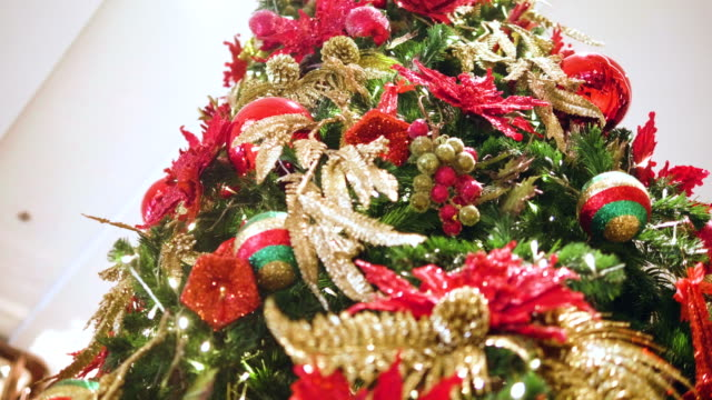 大きなクリスマス ツリー、クリスマス休暇 - クリスマスの飾り点の映像素材/bロール