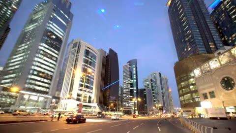vídeos de stock, filmes e b-roll de ruas da cidade grande. skyscapers - qatar