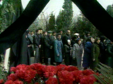 big crowd and procession of people throwing flowers in memory of people who died in demonstrations audio / baku azerbaijan - azerbaigian video stock e b–roll