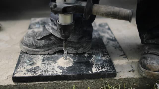 コンクリートとプラスチックの穴に大きなドリルビット - ドリルビット点の映像素材/bロール