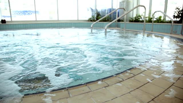 vidéos et rushes de grand vide jacuzzi en spa club - hot tub