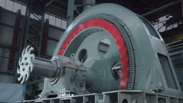 vídeos y material grabado en eventos de stock de motor grande con cuchillas rojas rotación rápida - bobina