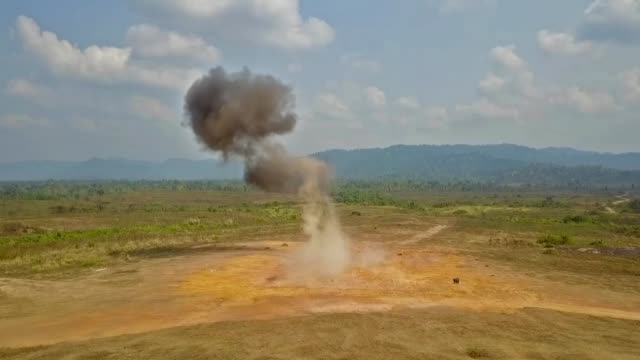 großes explosionstraining - war stock-videos und b-roll-filmmaterial