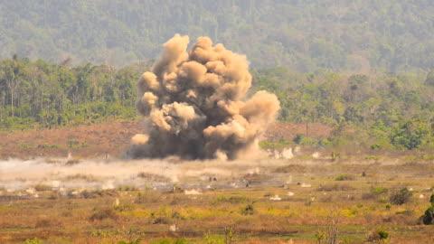vidéos et rushes de grande formation de explosion - conflit