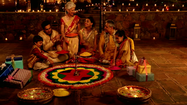 big family preparing rangoli, delhi, india - traditionelle kleidung stock-videos und b-roll-filmmaterial