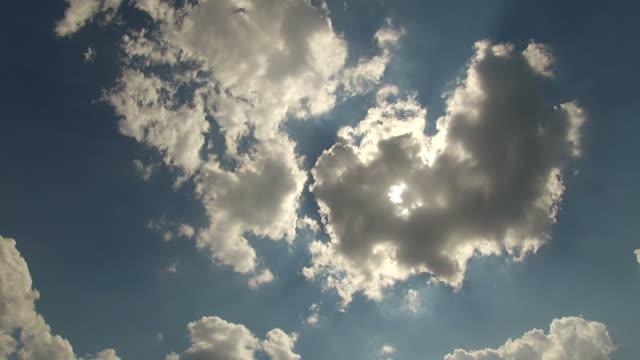 大きい脂肪質の雲移動高速 cloudscape 背景 - ローアングル点の映像素材/bロール