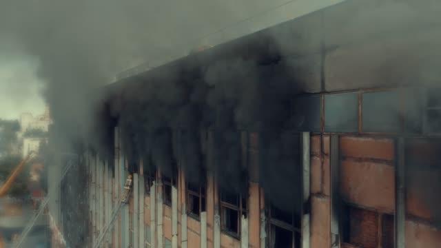 vidéos et rushes de grand incendie dans un entrepôt ou une usine - pompier