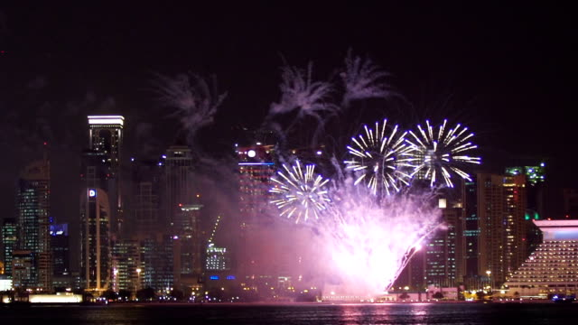 vídeos de stock e filmes b-roll de big fireworks in modern city at night - catar