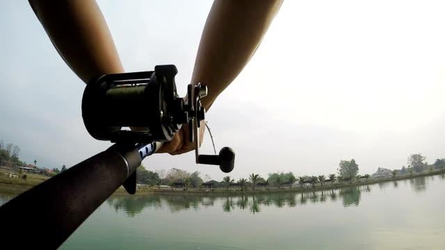 pov big fisch kämpfen, süßwasser in thailand. - angeln stock-videos und b-roll-filmmaterial