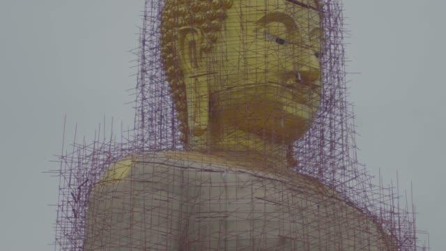 vídeos y material grabado en eventos de stock de gran estatua de buda de oro en wat muang, atracciones turísticas famosas de la provincia de ang thong, tailandia. - tanga