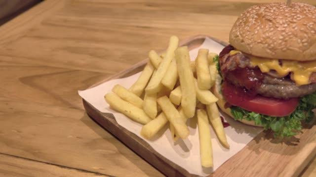 新鮮な食材を使った大きなグルメバーガー - チェダー点の映像素材/bロール
