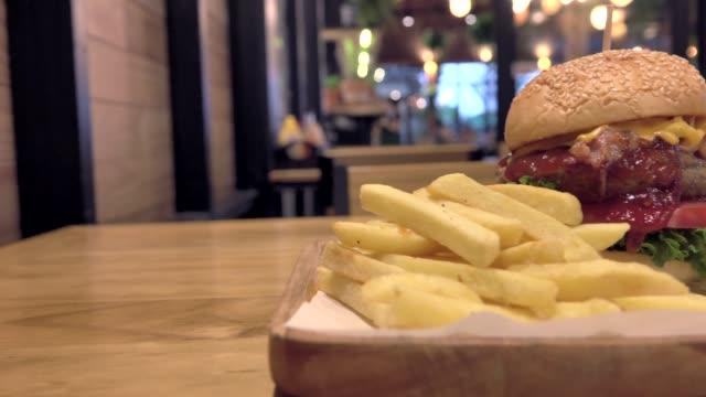vidéos et rushes de grand burger gourmand avec des ingrédients frais - groupe moyen d'objets